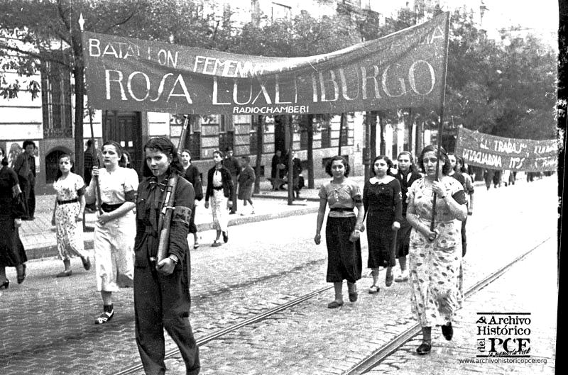 """Manifestación en la calle Génova. En la imagen podemos ver la pancarta del """"Radio"""" comunista de Chamberí, Madrid."""